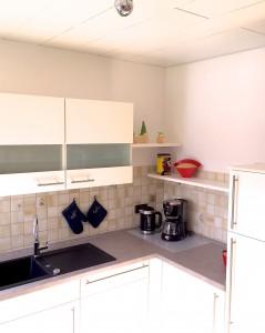 Geschirrspüler, großer Kühlschrank und ***Gefrierschrank arbeiten für die FeWo-Gäste