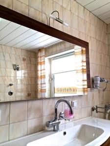 Der Waschtisch mit großem Spiegel